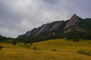 flatirons scure montagne di granito nel parco chautauqua in boulder colorado foto