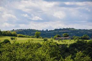 casa in pietra sulle colline di monteviale a vicenza, italia foto