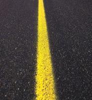 primo piano della strada asfaltata foto
