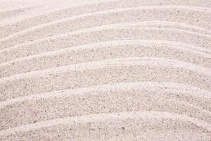 increspature di sabbia bianca sulla spiaggia foto