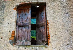 vecchia porta di legno di un fienile abbandonato foto