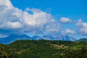 montagne vicentine dietro le verdi colline foto