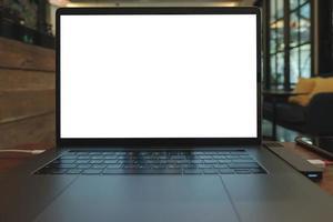 computer portatile sulla scrivania in legno nella caffetteria foto