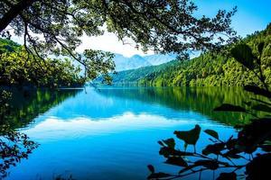 Lago di Levico con le montagne sullo sfondo a Trento, Italia foto