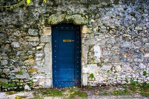 porta blu sull'antico muro di pietra di vittorio veneto, treviso, veneto, ital foto