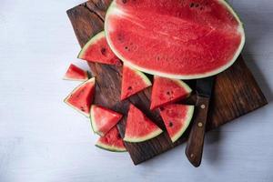 anguria fresca frutta sul tavolo foto