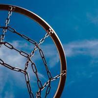 canestro da basket di strada e cielo blu foto