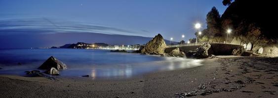 spiaggia di fronte al mare di notte a lloret de mar foto