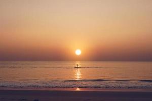 tempo del cielo al tramonto della spiaggia pulita della natura tropicale con la luce del sole foto