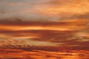 copia spazio cielo estivo al crepuscolo e nuvole con bagliori di luce dal sole foto