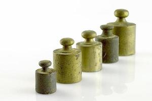 antichi pesi in acciaio e ottone per bilancia foto