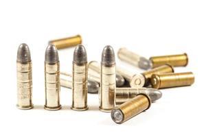 gruppo di proiettili di revolver su sfondo bianco isolato foto