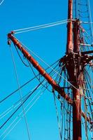 albero della barca a vela nel porto foto