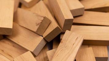 la trama di una pila di blocchi di legno che giacciono in modo casuale foto