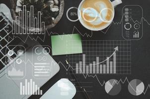 mercato azionario e grafici di analisi finanziaria con apparecchiature per ufficio foto