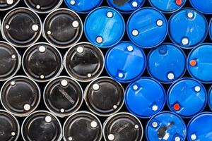 sfondo industriale di barili di petrolio blu e nero foto