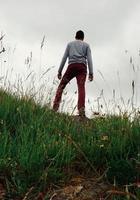 uomo trekking in montagna a bilbao in spagna foto