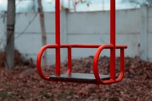 altalena rossa per bambini vuoti foto