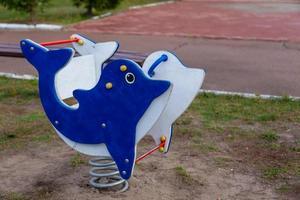 i bambini si dondolano nel parco giochi foto