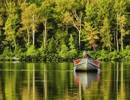 un pescatore che torna al lago foto
