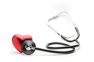 uno stetoscopio ascolta un cuore rosso foto
