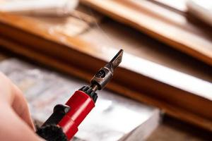 ripristino ed eliminazione dei difetti su una superficie in legno mediante cera a caldo foto