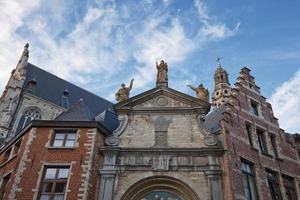 Sculture del xviii secolo sulla chiesa di San Paolo sint pauluskerk che è una chiesa cattolica romana situata a veemarktkade ad Anversa in Belgio foto