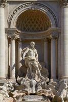 la statua di nettuno della fontana di trevi a roma italia foto