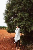 donna di mezza età da sola nella natura in una fredda giornata autunnale foto