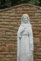 statua di santa vergine maria e luogo di preghiera vicino alla città di killybegs in irlanda foto