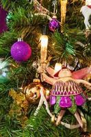 albero di Natale decorato in un primo piano a tema viola foto
