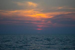 vista sul mare con drammatico tramonto sul mare foto