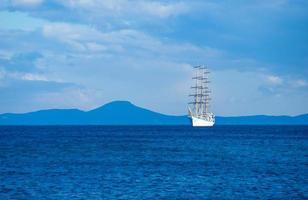 vista sul mare con una bellissima barca a vela all'orizzonte foto