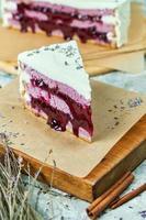 torta alla lavanda su una tavola di legno con carta pergamena foto