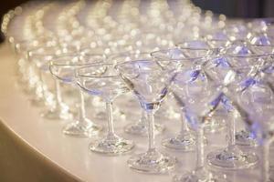 una fila di bicchieri di champagne foto