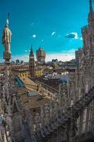 vista panoramica sullo skyline della città visto dalle terrazze del duomo di milano foto