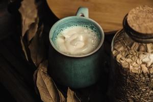 una tazza di latte d'avena il tempo si fermò in una tavola di legno foto