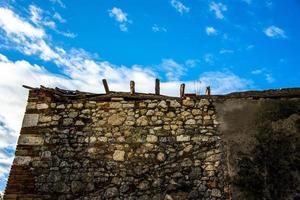 muro di pietra e cielo foto