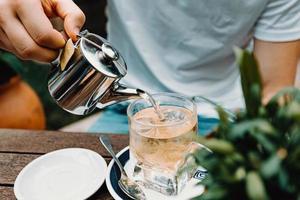 giovane maschio che prepara un tè in un bar moderno foto