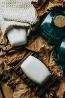 sapone duro su un portasapone con foglie foto