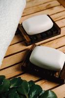 un sapone duro su un portasapone di legno foto