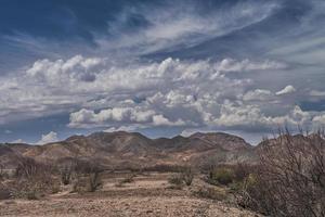 montagne sotto un cielo nuvoloso e blu nel deserto della Baja California sur Messico foto