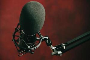 microfono in streaming su uno sfondo rosso foto