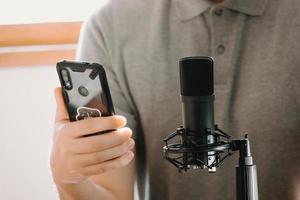 uomo che tiene un telefono in studio foto