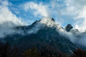 nuvole e montagne foto