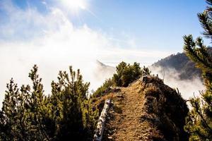 sentiero alpino tra le nuvole foto