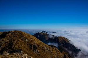 nuvole e montagne tre foto