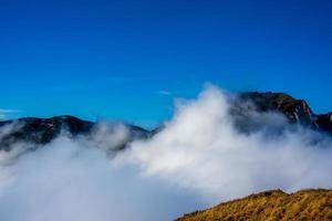 nuvole e montagne due foto