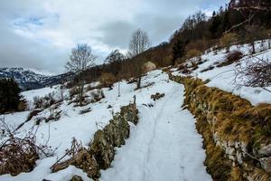 vecchio sentiero alpino con la neve foto