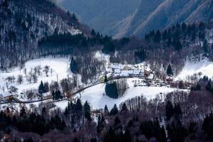 villaggio con neve due foto